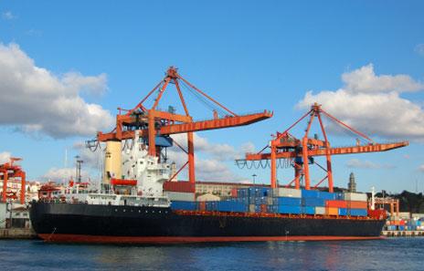 Containerschiff - Container werden mit Chemikalien begast