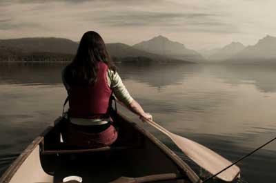 Im Kanu den Eisvogel suchend