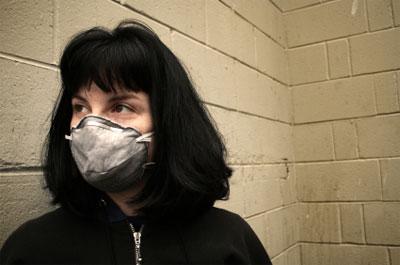 Chemikaliensensible Frau mit Schutzmaske
