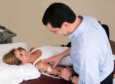 Arzt und Patientin bei Untersuchung