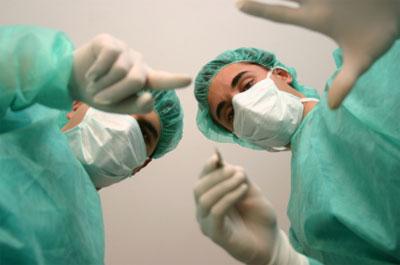 Chirurgen bei einer Operation